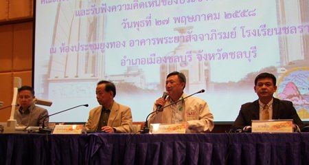 NRC Chonburi delegate and former governor Pracha Taerat (2nd right) presides over a public hearing on the nation's draft constitution.