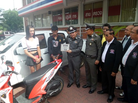Nassanan Boonmanee (left) reports to police that Peeyangkul Klongklaew (2nd left) stole his motorcycle.