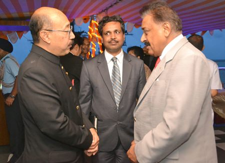 HE Harsh Vardhan Shringla (left), Indian Ambassador to Thailand, chats with Pratheep S. Malhotra, MD of Pattaya Mail Media Group at the welcome party.