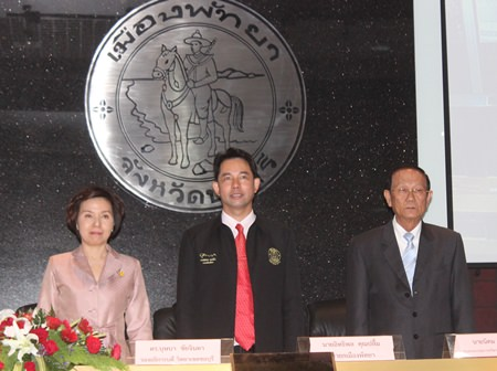 """(L to R) Bussaba Chaijinda, vice president of Sriprathum University's Chonburi campus, Mayor Itthiphol Kunplome, and Nikom Modrakee, chairman of Aksorn Group, have signed an MOU to offer scholarships for a new program to help Thai students learn more """"efficiently"""" through a mix of technology and Thai wisdom."""