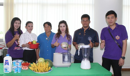 Staff from the Division of Public Health demonstrate how to cook healthy food and create healthy drinks from vegetables and fruits.