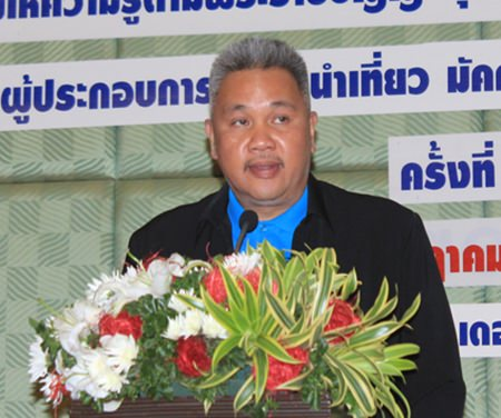 DASTA regional general manager Thaweepong Wichaidit lectures tour operators, guides, leaders, and business owners about prohibitions under the law, proper conduct for tourism businesses, and terms under which licenses can be suspended or revoked.