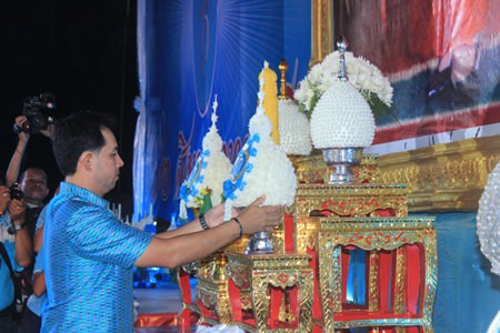 Mayor Itthiphol Kunplome leads the flower offering ceremony at Bali Hai.