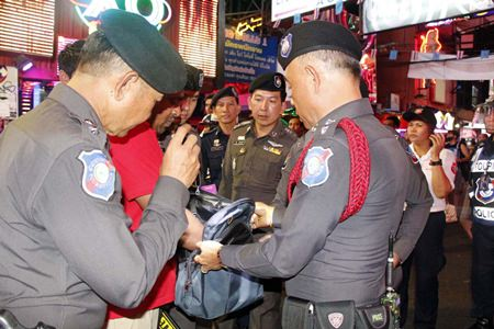 Officers from the Pattaya Tourist Police and personnel from the 14th Military Circle inspected 40 hot spots in Pattaya, with special focus on high-traffic tourist areas. Metal detectors were used by police and soldiers, but no illegal objects were found.