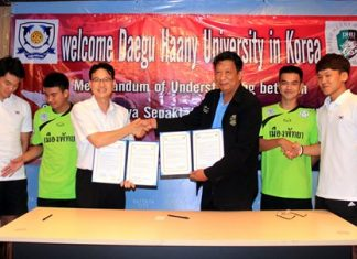 Councilor Praiwan Aromchuen (3rd right), the President of the Chonburi-Pattaya Sepak Takraw Team, signs an MOU with Li Yong Ik (3rd left), coach of the Division of Sports & Medicine at Daegu Haany University, South Korea, during a meeting held at Pattaya City Hall, July 30.