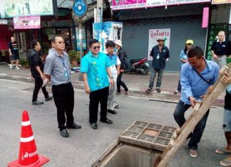 Deputy Mayor Verawat Khakhay and a team of engineers inspect the current drainage system in South Pattaya. (Photo by Urasin Khantaraphan).