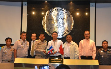 (From 2nd left to 2nd right) Banglamung District Chief Chakorn Kanjawattana, Deputy Mayor Ronakit Ekasingh, Chonburi Deputy Governor Chaowalit Sang-U-Thai, China's Chargé D'affaires and Consul General Zhu Wei Thong, Deputy Director General of Department of Tourism Phromchot Triwej, and Thai-Chinese Tourism Association President Thanarong Cheewansiri present a ceremonial key to the city.