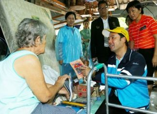 Mayor Itthiphol Kunplome Pattaya visits residents in the Soi 5 Tanwa community after tropical storm Vamco battered the city.