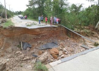 A large sinkhole developed near a bridge leading out to Highway 331, approximately 500 meters from the Huay Yai Police Station.