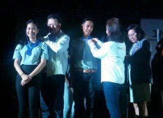 DG Vivat Pipatchaisiri installs Suratsawadee Viriyakul as president of the Interact Club of Banglamung School for 2015-16