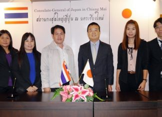 Mr. Shinya Aoki, Consul-General of Japan in Chiang Mai (4th left), and Mr. Satien Khayandee, (4th right),Chief Executive of Huaypong Sub-District Administration Organization jointly signed the funding contract at the Consulate-General of Japan in Chiang Mai.