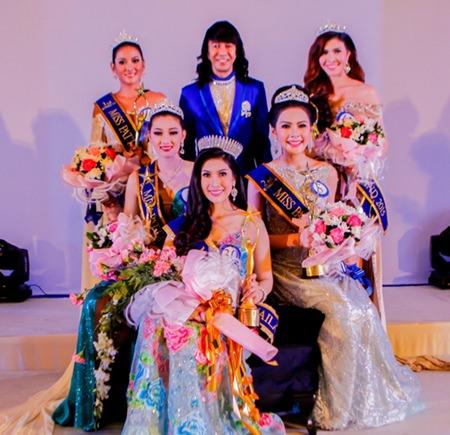 Alongkot Sankahapong (back, center), managing director of the Star Fighter Co., Ltd., poses with Miss Pattaya 2015 Napatnan Wanduek (seated, center), 1st runner up Phutida Samainiyom (seated, left), 2nd runner up Lalitha Hongsamad (seated, right), 3rd runner-up Suparat Thai-Ua (standing left), and 4th runner-up Sujanjira Kensap (standing right).
