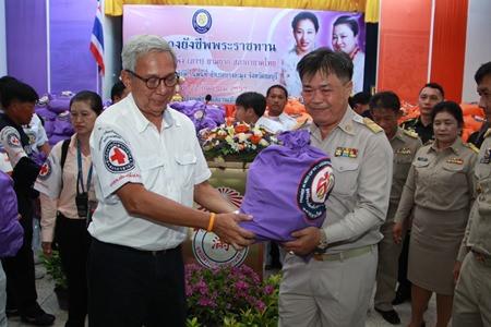 Representing HRH Princess Soamsawalee, foundation Vice President Apai Jantanajulka presents emergency supplies to Banglamung District Chief Chakorn Kanjawattana which will go to flood victims in Pattaya.