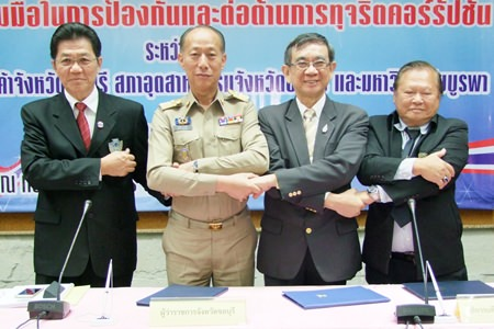 Gov. Khomsan Ekachai shakes hands over a non-corruption pact with members of the Chonburi Chamber of Commerce, Chonburi Federation of Industry, and Burapa University at Chonburi City Hall.