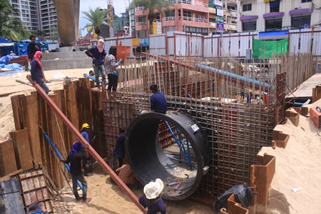 The PSI Engineering Co., Ltd., installing 3 meter wide pipes near Soi 6 Pattaya Beach Road, have said they are likely to complete the project by December.