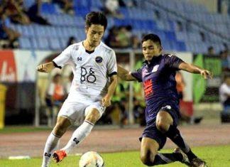 Pattaya United's Lee Won-young (left) evades the challenge of Air Force defender Thammada Kokyai during their Division 1 fixture at the Thupatemee Stadium in Rangsit, Bangkok, Sunday, October 4. (Photo courtesy Pattaya United)
