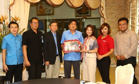 Deputy Mayor Ronakit Ekasingh (center) welcomes Thai AirAsia Product Manager Sasitorn Srisamai (3rd left) and agents for Thai AirAsia during their recent visit to city hall.
