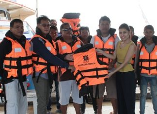Central Festival Pattaya Beach executives donate 520 life jackets to boat operators on the Koh Larn-Pattaya route.