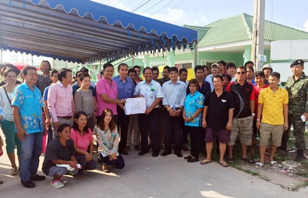 Takientia District Chief Manop Prakobtham, Sutas Nutpan, director of the Pattaya Waterworks Department, and soldiers met angry homeowners in Sooksiri Village, which has had no steady water supply for several years.