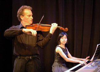 Jonathon Glonek (violin) and Usa Napawan perform at Ben's. (Photo: Colin Kaye)
