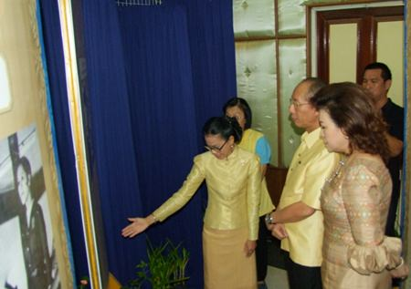 Gov. Khomsan Ekachai tours the exhibition of HM the King's royal projects in the province.