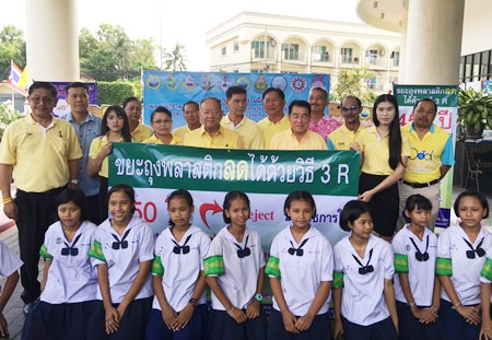 Nongprue Mayor Mai Chaiyanit (back center) leads local officials and students to sign an MOU promising to use less foam and plastic.