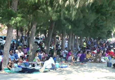 Chao Samran beach sees high number of tourists - Pattaya Mail