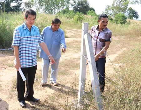 Sattahip District Chief Noraset Sritapatso and a team of district and Najomtien officials inspect land following complaints that it had been cordoned off with barbed wire and that local man Paisarn Sriruan planned to strip them of wood and other resources.