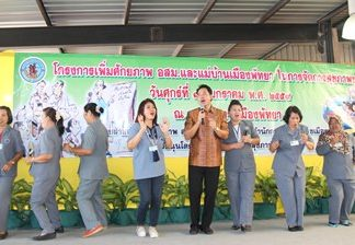 Mayor Itthiphol Kunplome (center) opens the workshop with some light-hearted song and dance.
