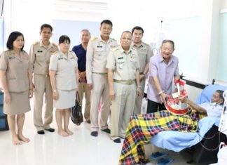 Nongprue Mayor Mai Chaiyanit and his entourage present a gift backset to one of the patients undergoing kidney dialysis at the new Artificial Kidney Center.