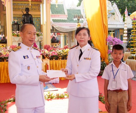Gov. Khomsan Ekachai presided over the King Taksin the Great ceremony in front of the King Taksin monument in Chonburi, where he also handed over funds raised for scholarships to support local 18 schools.
