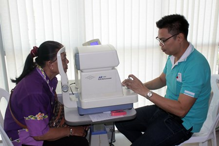 Jetsada Homklin Nongprue today will distribute eyeglasses and food to dozens of needy sub-district residents through a grant from Chonburi Province. About 130 people who received free eye exams on Jan. 5 will return Jan. 15 to pick up their free spectacles, joining others who qualify for donations of fresh fish, organic fertilizer, and vegetable seeds to grow their own food. The donations were made possible by Chonburi's mobile-government program, which visits various districts and tambons to hand out basic necessities and items to improve quality of life to needy residents and senior citizens.