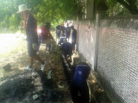 Well-behaved inmates from Pattaya Remand Prison cut grass and cleaned trash at a Nongprue school as part of their community service sentence.