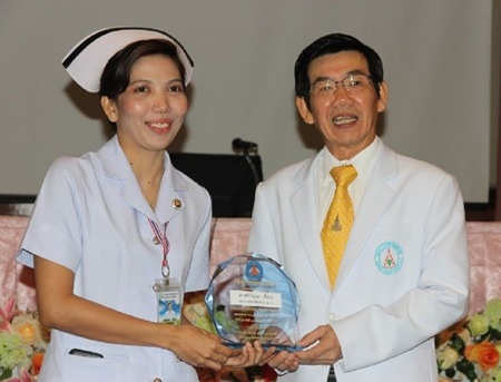 Nurse to Sikanya Chuarop receives a commemorative plaque from Surat Thani Hospital Director Dr Adikiat Irmworaniran for her quick action to save the life of a German tourist.