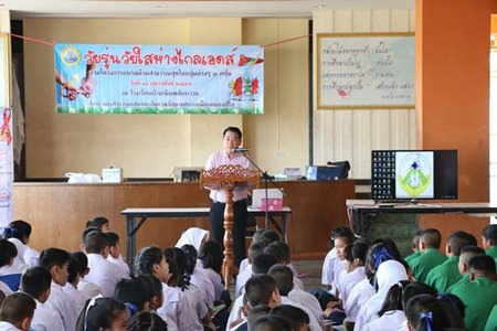 "Sub-district Deputy Mayor Suwat Rachathawattanakul opens the ""Teenagers Away from HIV"" workshop for 250 youths."