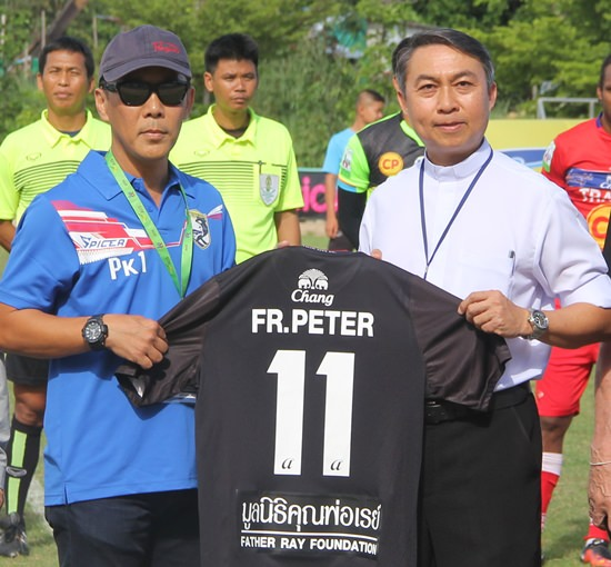 Father Peter receives an official shirt from Pattaya City FC owner, Poonpol Kamuttira.