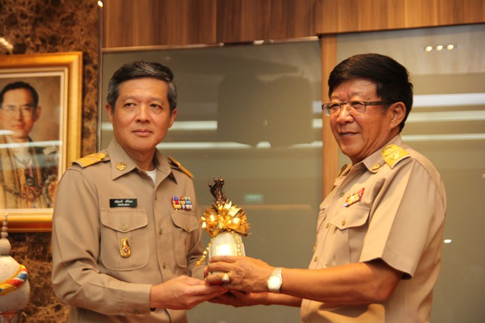 Chonburi provincial administrator Srongwuth Chanpongsri (right) congratulates newly appointed acting mayor Chanatpong Sriwiset (left).