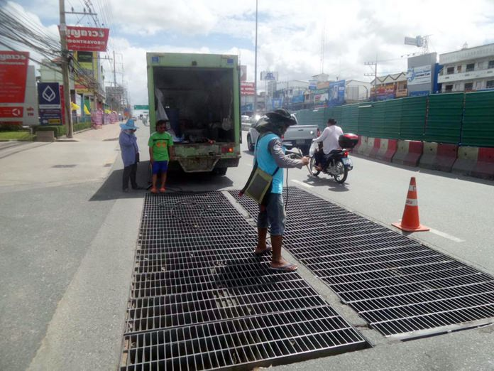 City workers fixed damaged drainage grates on Sukhumvit Road near the tunnel construction site.