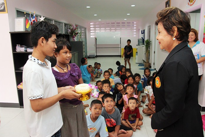 Cambodian and Myanmar children pay respect to Sopin Thappajug.