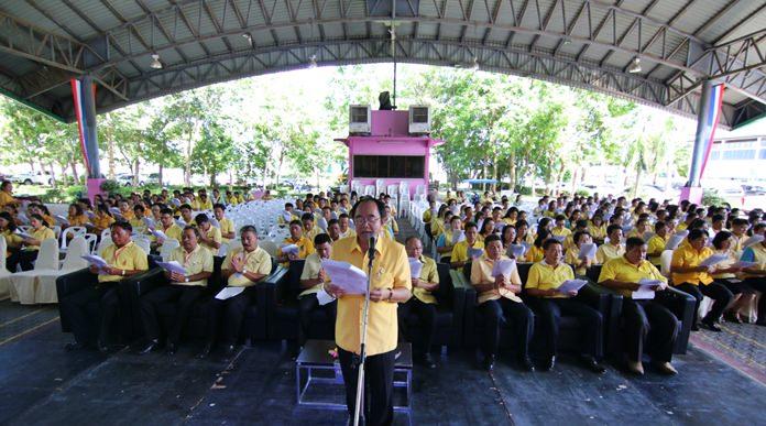 Nongprue Deputy Mayor Anek Pattanangam delivers a speech extolling HM the King's various royal duties benefiting Thai people.