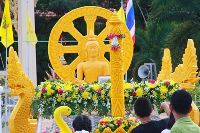 A beautifully presented candle and float makes its way through Sattahip.