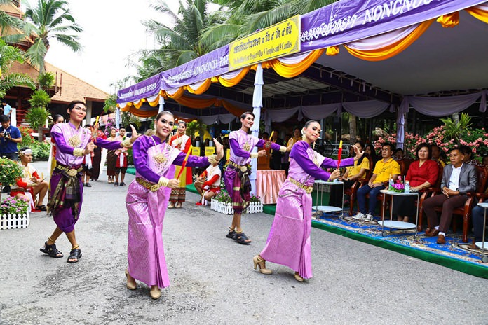 Nong Nooch Tropical Garden held a procession during their 9 candles in 9 days for 9 temples event, which included Thai dance.