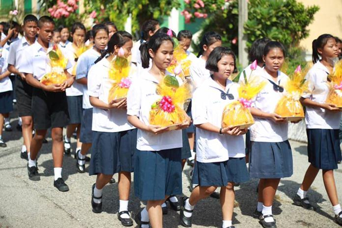 Students take part in the parade from Chonglom Temple to Pattaya School No. 2.