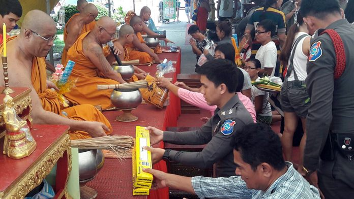 Pattaya Tourist Police Commander Pol. Maj. Piyapong Ensarn led a delegation of officers to Chaimongkol Temple to donate robes, candles and other necessities before treating monks to a morning meal.