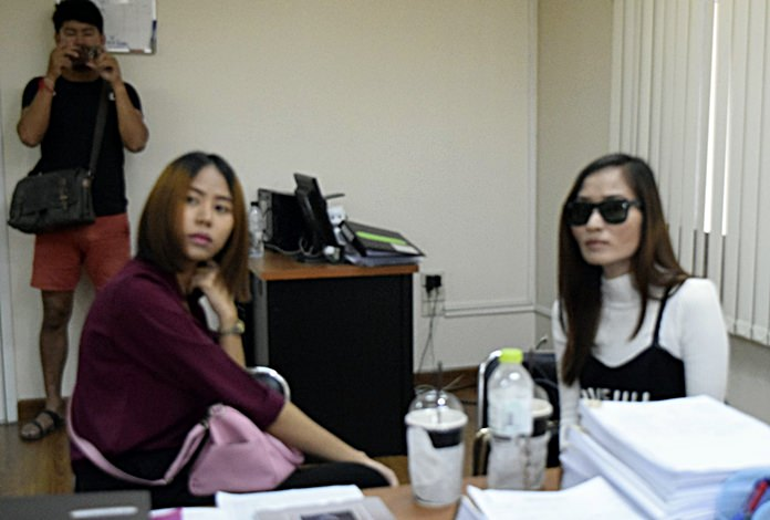 Paranisa Chainapanitkul and her sister went to Pattaya Police Station July 28 to complain why Pol. Lt. Col. Narawut Karamhito remained free without an arrest warrant being issued for him, only to discover one had been issued at the Pattaya Provincial Court for her on the license charge.