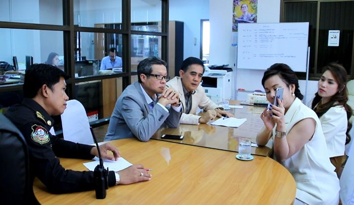 Mall General Manager Lalita Wimolphan and customer service executive Panisa Mekmontien met July 23 with Pattaya City Manager Thanatpong Sriwised and legal chief Sretapol Boonsawat in an urgent bid to delay the ban on traders on public sidewalks.
