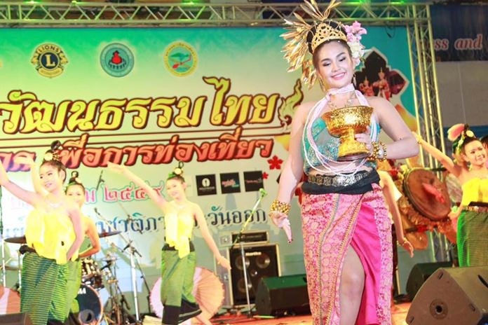 Students from Pattaya City schools performed Thai dances.