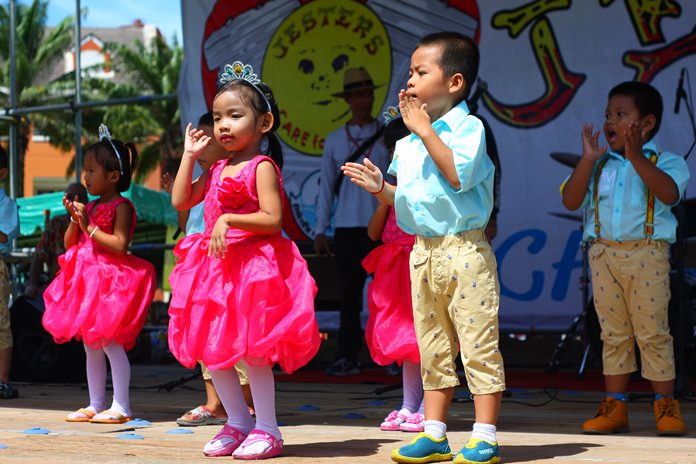 Youngsters warm people's hearts with their precious stage performance during last year's event.