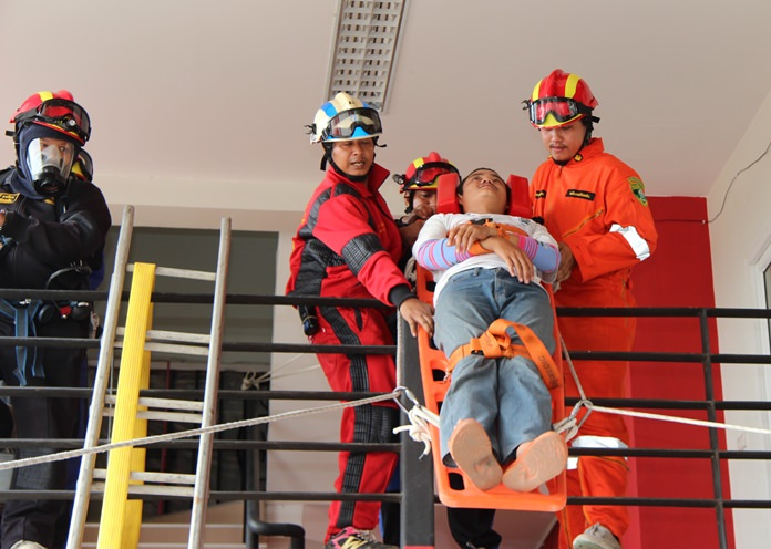 The Nongprue Disaster Prevention and Mitigation Department practiced rescues from high-rise buildings in cases of fire or other mishaps.