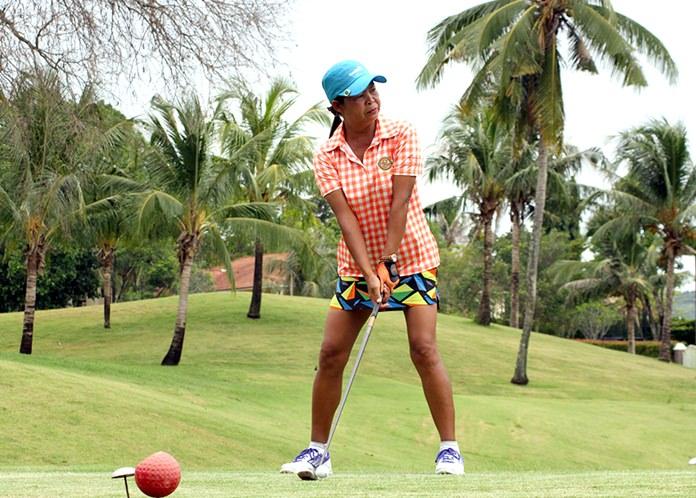 Ladies winner Noodle Russell prepares to tee off.